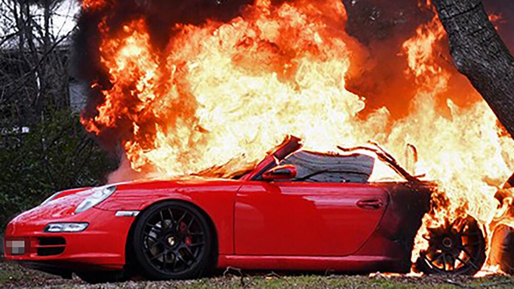 Non accetta la fine della relazione, brucia la Porsche dell'ex compagno
