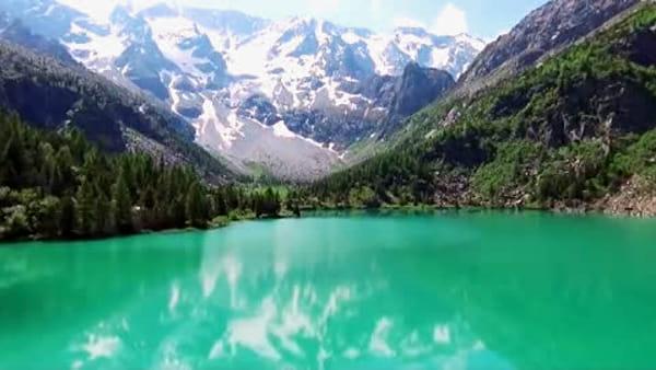 In volo su acque color smeraldo: il Lago Aviolo sempre più 'star' dei social