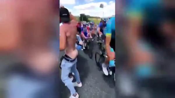 Tifoso cala le braghe e mostra il sedere, ciclista bresciano lo sculaccia