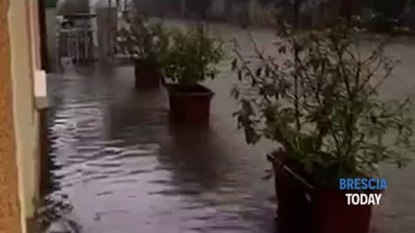 Pioggia e vento: un fiume d'acqua sommerge la pizzeria