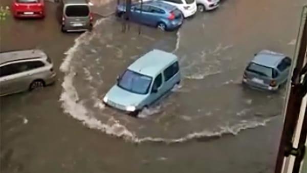 Grandine e temporali, è un disastro: un fiume di fango sommerge case e strade