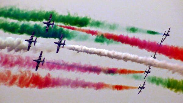 Spettacolo in cielo: le Frecce Tricolori incantano la folla sul Lago di Garda