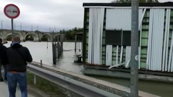 Tempesta sul Lago di Garda: onde e vento si portano via il ristorante