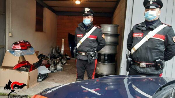 I carabinieri con la merce sequestrata