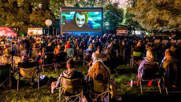 Lo spettacolo è sotto le stelle: in centro a Brescia arriva il cinema all'aperto