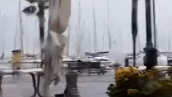 Tempesta sul Garda: impressionanti raffiche di vento, le onde scavalcano il molo