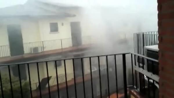 Arriva il downburst, si spezzano le antenne delle case: è strage di tetti e alberi caduti