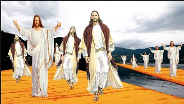 """Christo su Christo: l'evento che cammina (""""davvero"""") sulle acque vestiti come Cristo"""