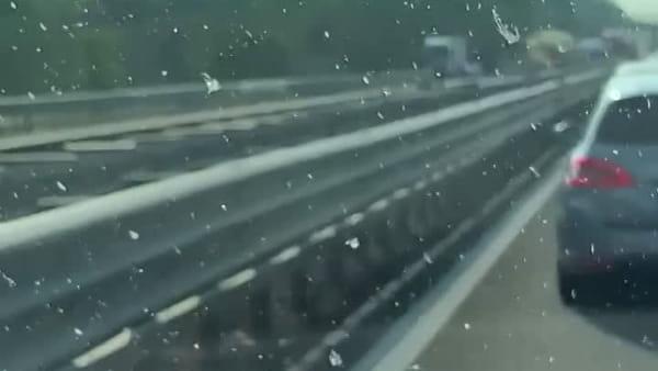 Camion si ribalta e perde il carico, traffico nel caos: 10 km di coda