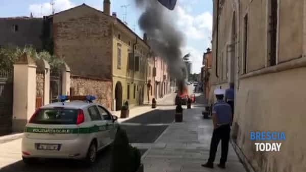 L'auto prende fuoco in strada, poi lo scoppio: ustionati padre e figlioletto