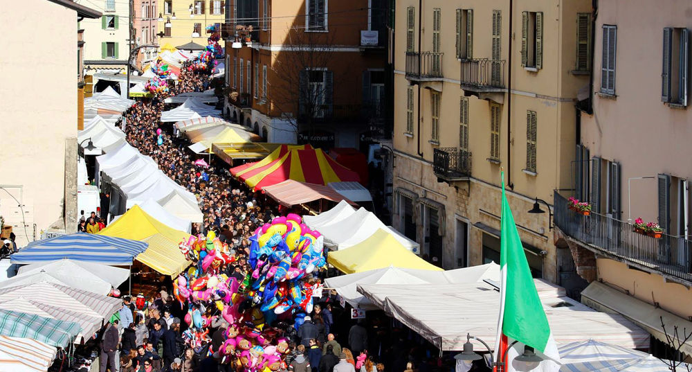 Le bancarelle in via San Faustino © Bresciatoday.it